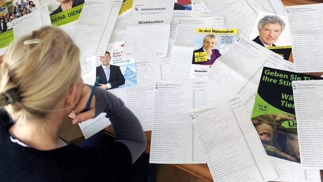 Frau vor Wahlzetteln