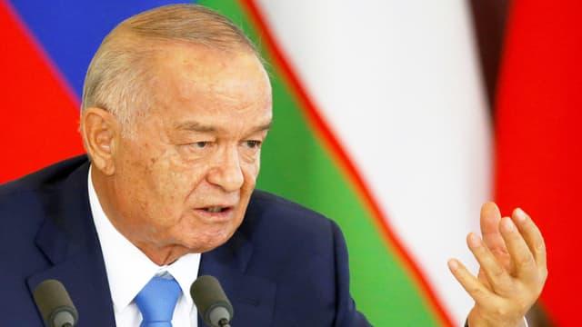 Karimov hebt eine Hand