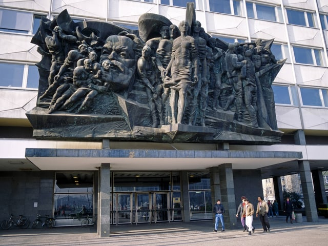 Das Portalrelief zeigt ein Bild von Marx, umgeben von Arbeitern.