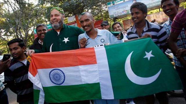 Fans der indischen und pakistanischen Mannschaft vor der Test Serie am 24. Dezember.