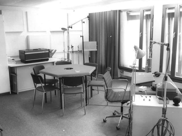 Schwarzweiss-Aufnahme eines Radiostudios in den 70-Jahren.