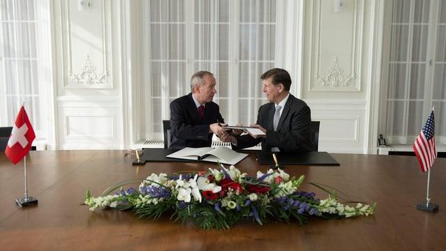 Michael Ambühl und US-Botschafter Don Beyer schütteln sich die Hände.