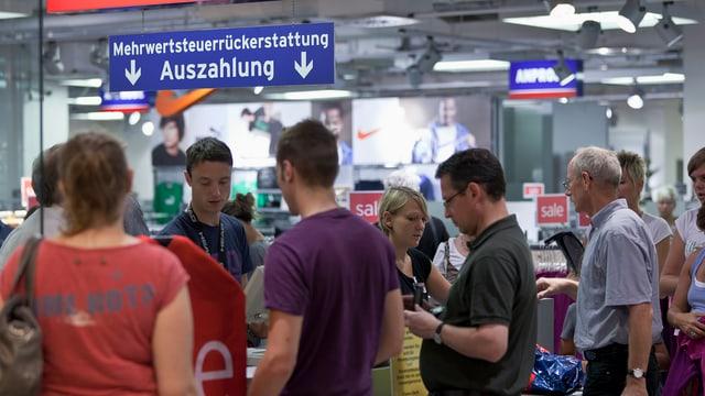 Leute stehen im Einkaufszentrum Lago in Konstanz Schlange, um die Mehrwertsteuer zurückzufordern