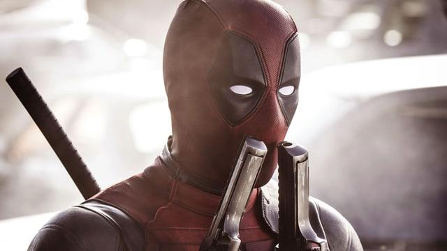 Deadpool riecht an seinen beiden Waffen.