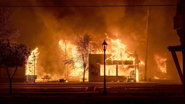 Haus steht in Flammen.