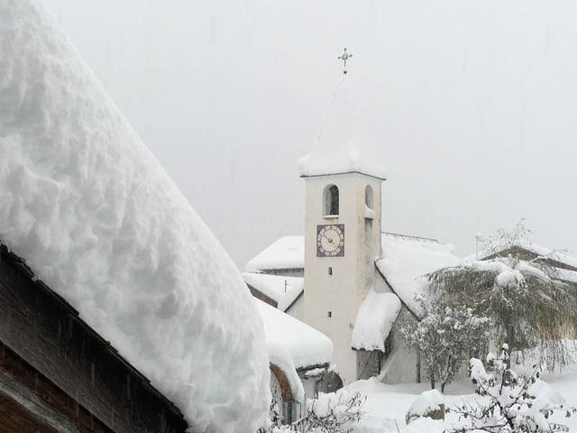 Verschneiter Kirchenturm