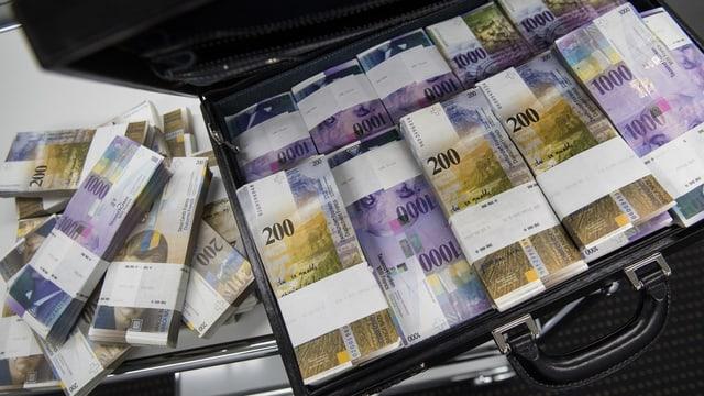 ina cofra plain bancnotas da 200 fr e da 1'000 fr.