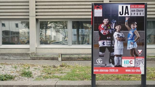 Plakat mit Kindern vor einer Turnhalle