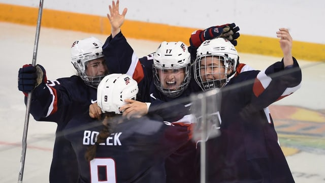 quatter giugadras da hockey sa legran dal titel da campiunessas mundialas