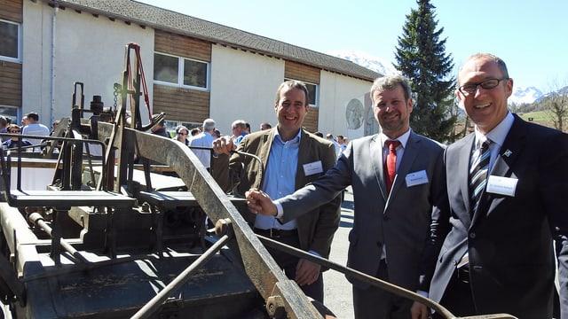 Der Gemeindepräsident von Val Müstair Rico Lamprecht (von links) hat den Präsidenten des Bündner Feuerwehrverbandes Roland Farrér und Regierungsrat Christian in Müstair empfangen