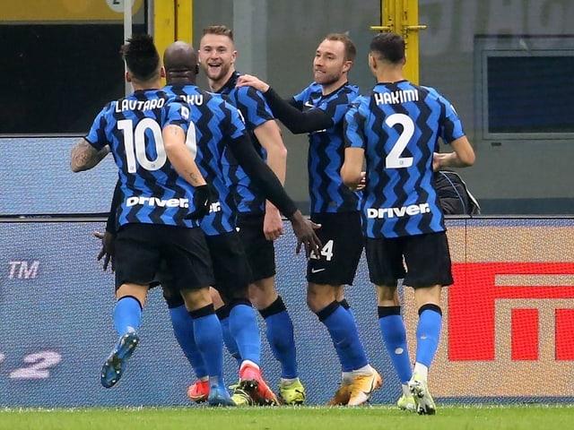 Die Inter-Spieler bejubeln den entscheidenden Treffer.