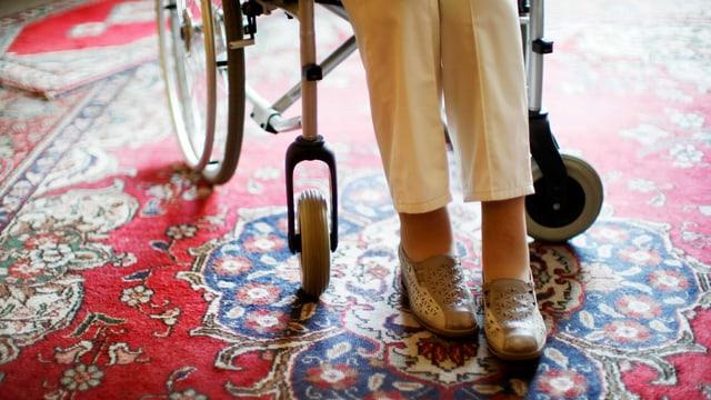Frau auf einem Rollstuhl