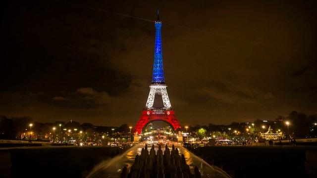 La tur Eiffel illuminada en las colurs da la Frantscha.