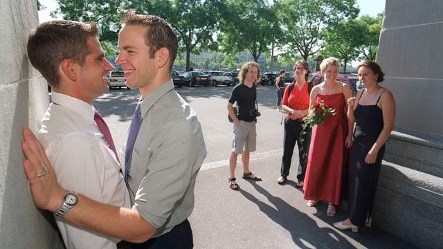 Gleichgeschlechtliche Paare vor dem Standesamt der Stadt Zürich im Juli 2002. (keystone)