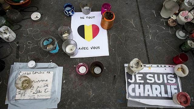 Gedenkkerzen für Opfer der Anschläge