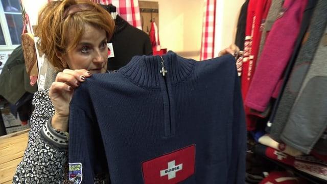 Esther Heldstab zeigt einen blauen Pullover mit Schweizerkreuz, den John Kerry gekauft hat.