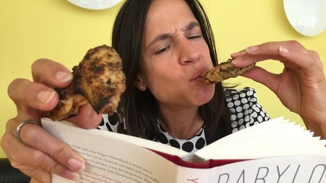 Annette König liest im Roman «Babylon» von Yasmina Reza und isst dazu Pouletflügeli