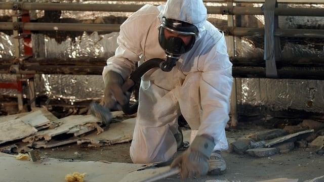 Lavurants che dismettan material che cuntegna asbest ston urgentamain purtar in vestgì da protecziun.