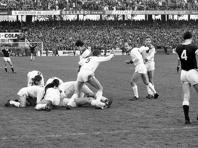 Im Frühling 1965 schlägt Sion Servette im Cupfinal 2:1 und darf erstmals die Sandoz-Trophäe in die Höhe stemmen.