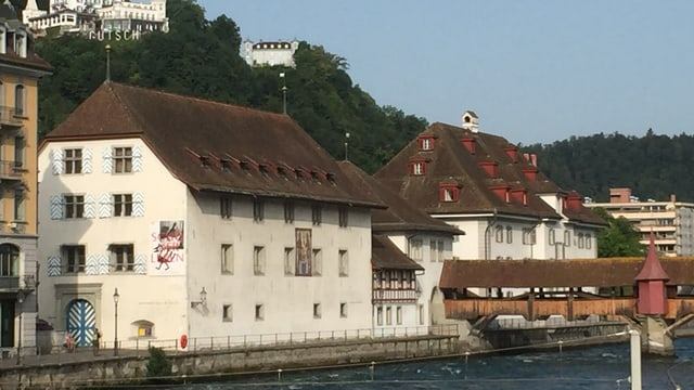 Aufnahme des Naturmuseums und des Historischen Museums vom andere Reussufer her.