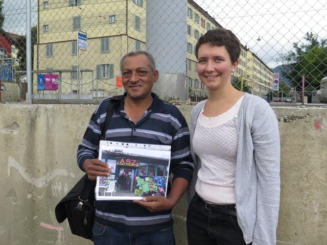 Berhanu Tesfaye mit Celia Bachmann vom Verein «ansero urbo» beim ehemaligen Güterbahnhof