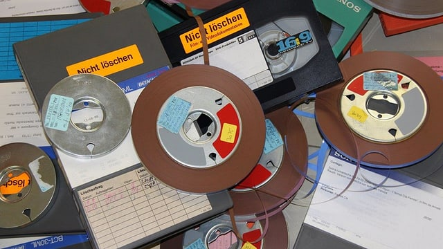 Spols e material d'archiv.