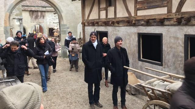 Stadtpräsident Sönke Bandixen besichtigt mit Schauspieler Patrick Rapold das Filmset.