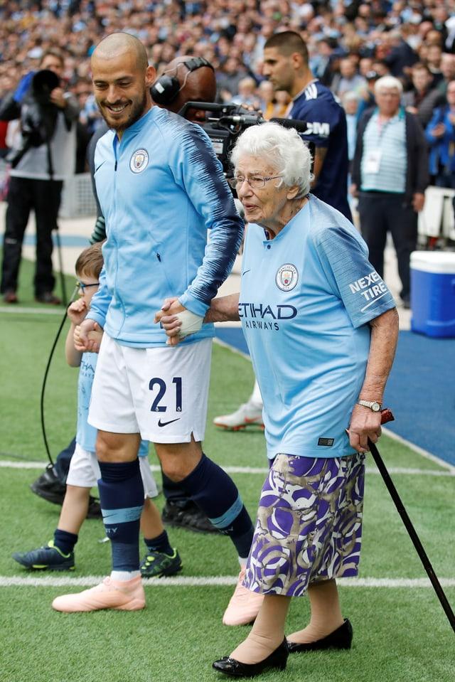 Silva begleitet Cohen, welche an einem Stock geht