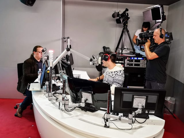 Bler traffic en il studio da radio cun Angelo Kelly, Ivo Orlik, Nina Defuns e Herbert che filmeschan.
