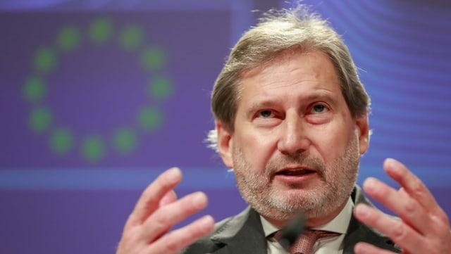 Mann vor EU-Symbol.