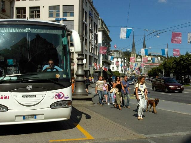 Reisecar auf dem Schwanenplatz