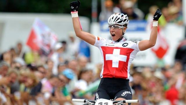 Nathalie Schneitter fährt in Siegerpose am Publikum vorbei