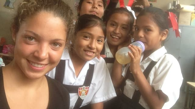 Laura Schwab bei ihrem Freiwilligeneinsatz als Englischlehrerin in Peru.
