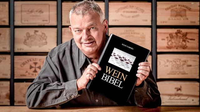 René Gabriel mit seiner «Wein-Bibel»