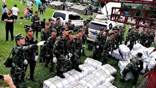 Hilfsgüter für Erdbebenopfer