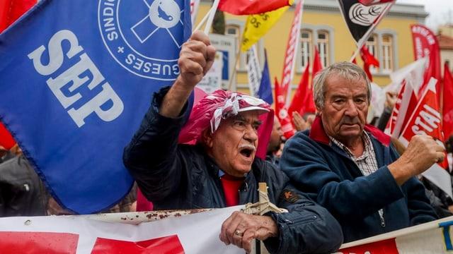 Menschen mit Fahnen demonstrieren