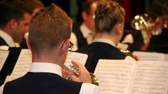 Ein Musiker an der Trompete.