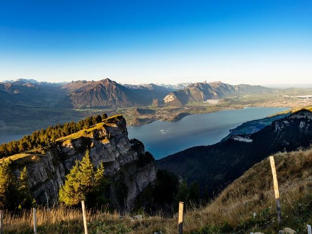 Goldener Oktober in den Bergen mit Blick ins Tal mit See und viel Sonne.