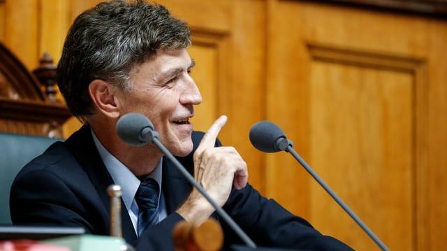 Mann spricht im Parlament auf dem Sitz des Nationalratspräsidenten.