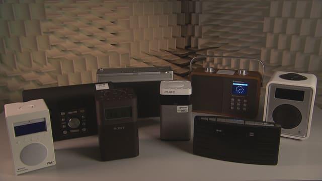 Digitalradios auf Tisch
