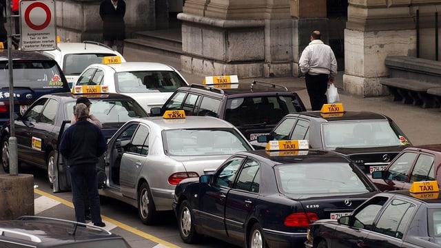 Wartende Taxis vor dem Zürcher Hauptbahnhof