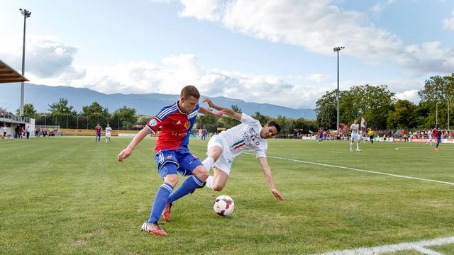Zweikampf zwischen Fabian Frei (FCB) und einem Genfer Spieler