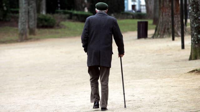 Ein Mann geht mit Stock.