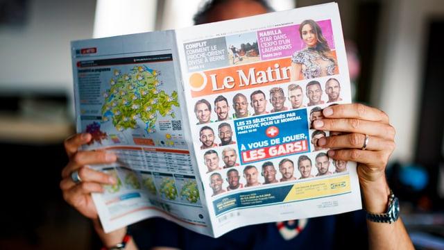 Leser mit Le Matin in der Hand.