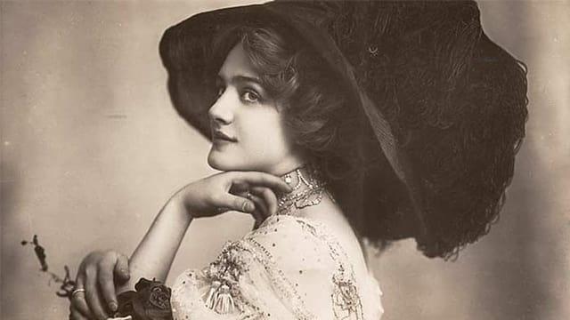 Altes Sepia-Foto einer Frau mit sehr grossem Hut