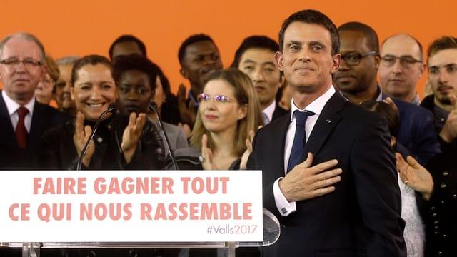 Valls die Hand ans Herz haltend vor einer Gruppe von Anhängern.