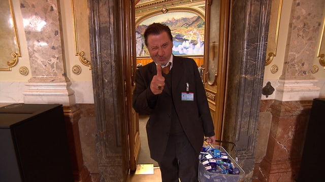 Komiker Beat Schlatter mit einem gefüllten Einkaufskorb im Bundeshaus.