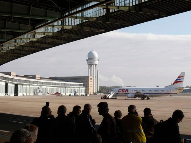 Aufnahme von 2008 aus dem Flughafengebäude heraus auf das Flugfeld, wo eine Passagiermaschine steht.