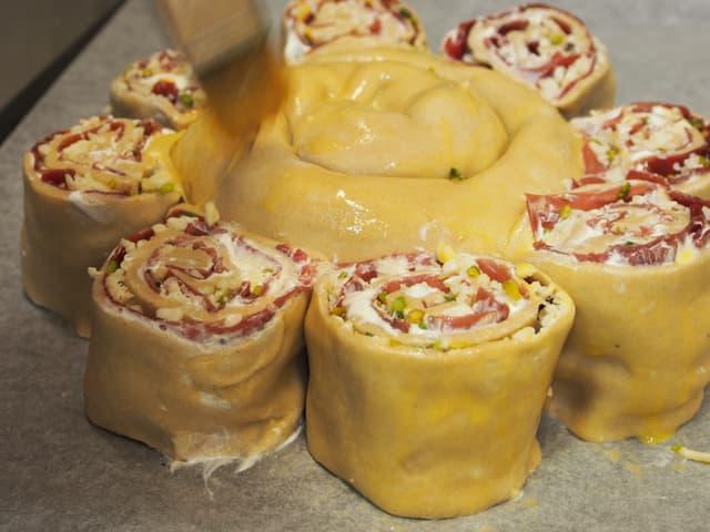Fertiger Kuchen wird mit Eigelb bestrichen.