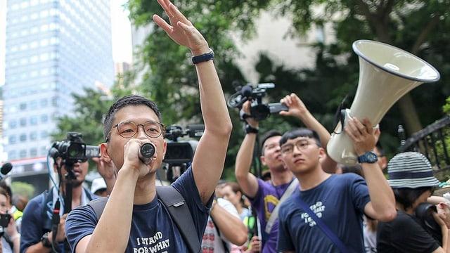 Aktivist Nathan Law Kwun-chung spricht zu Demonstranten während einer Kundgebung vor dem Justizministerium in Hongkong